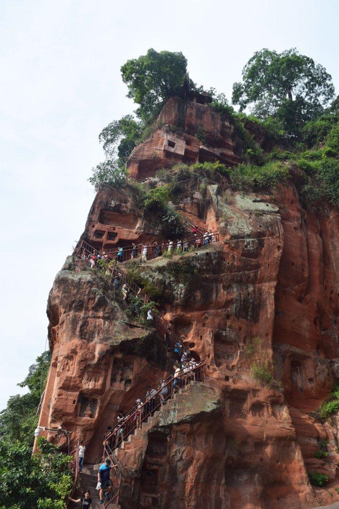 מדרגות לולייניות מובילות מראשו של הבודהה אל רגליו (צילום: טל ניצן)