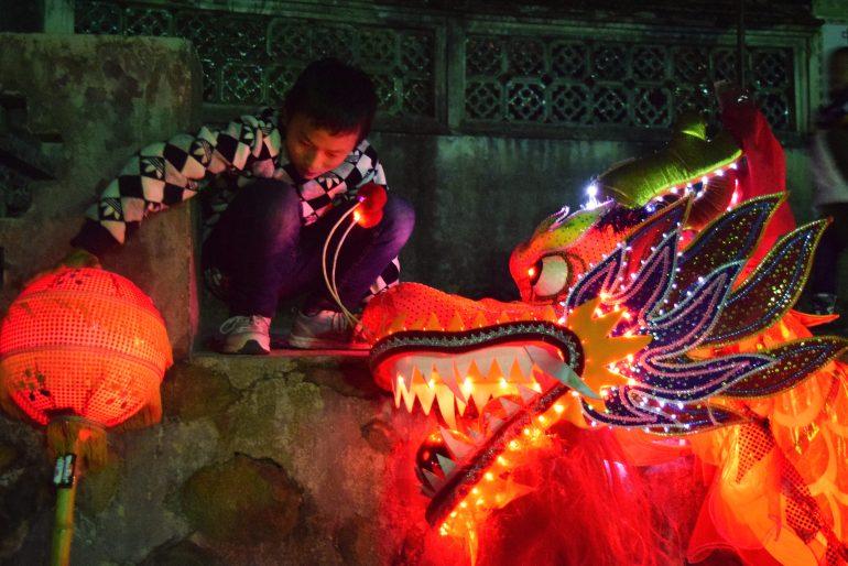 """חגיגות """"חג הפנסים"""" במגרש הכדורסל של הכפר חונג-קנג (צילום: טל ניצן)"""