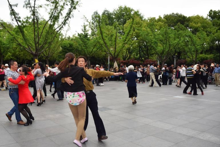 רקדנים חובבים יוצאים אל הפארקים בסין (צילום: טל ניצן)