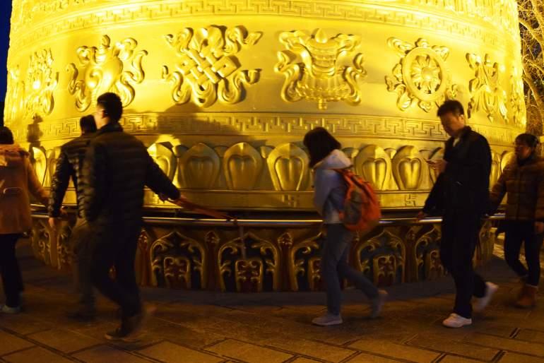 מבקרים במקדש מסובבים את גלגל התפילה (צילום: טל ניצן)