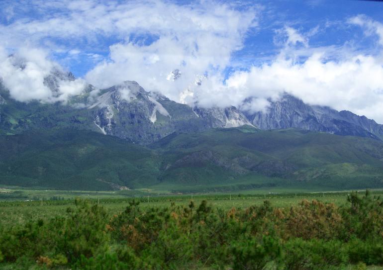 הר השלג של דרקון הג'ייד. רכס אימתני בעל 13 פסגות (צילום: נוגה פייגה)
