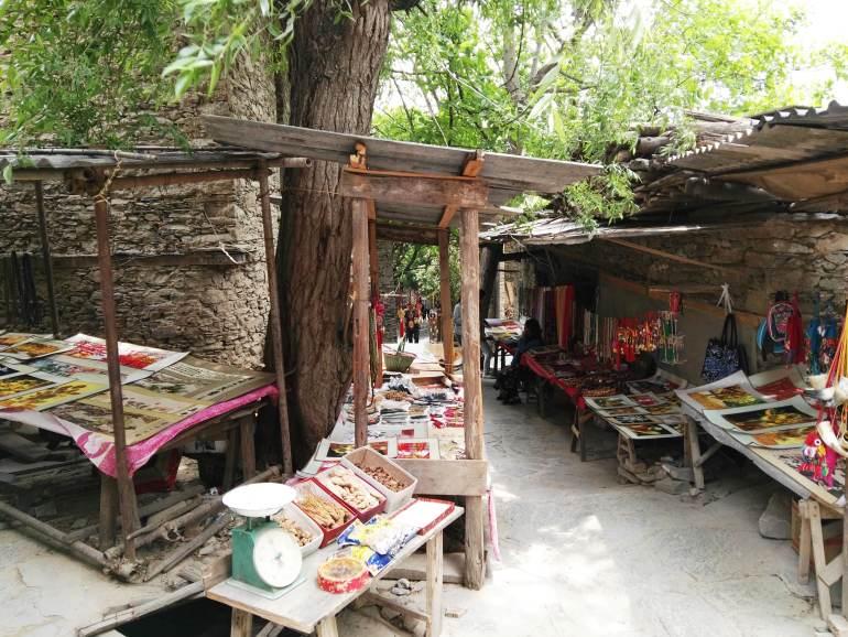 הדוכנים בכפר העתיק מוכרים תוצרת מקומית (צילום: שני אפלבאום)