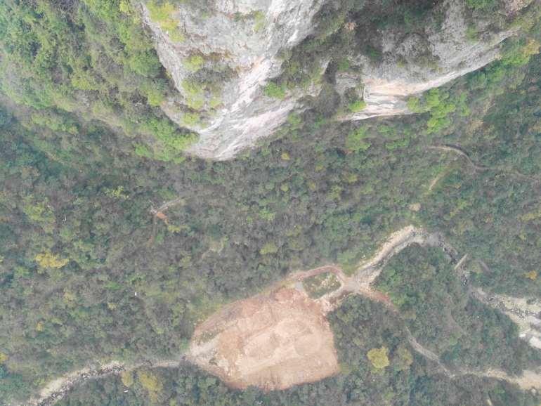 הנוף מלמטה של גשר הזכוכית הגדול של עמק דז'אנג-ג'יה-ג'יה.  (צילום: נוגה פייגה)