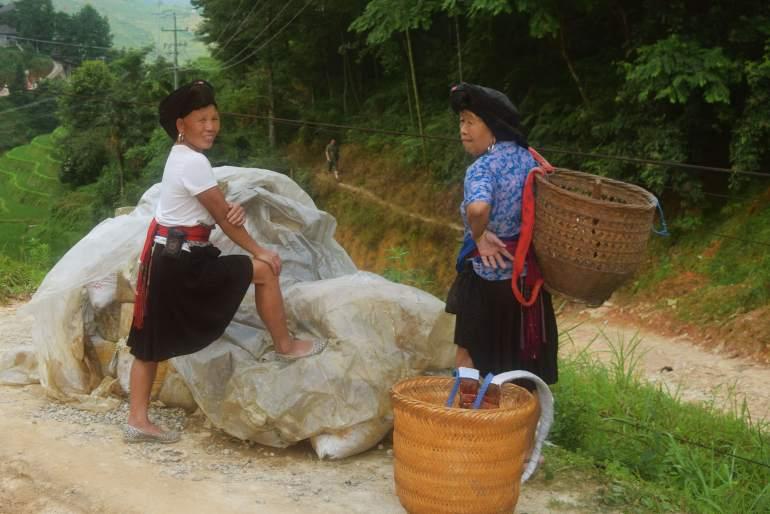 """נשות יאו. הנשים הנשואות משאירות """"גולגול"""" קדמי מחוץ למטפחת (צילום: טל ניצן)"""