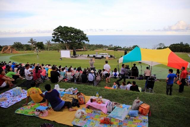 04.傍晚開始,旅人們陸續聚集在都歷遊客中心草地上,等待音樂會開始。