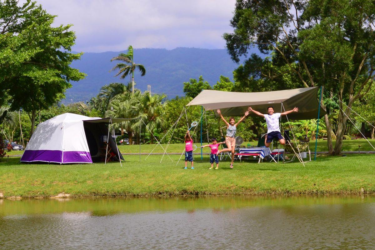 湖岸搭帳像在國外、遼闊大草地可以辦足球賽