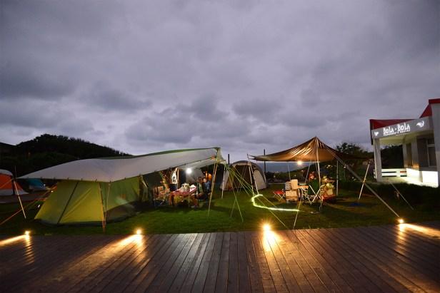 家家戶戶點起燈來,陣陣飯香飄來,是露營時最美的風景。