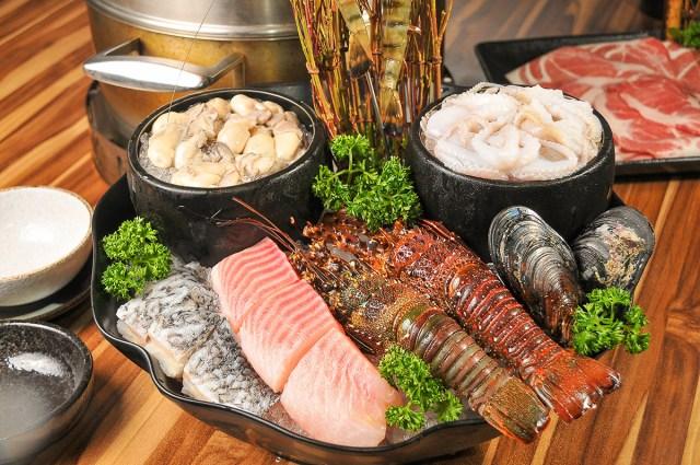 05雙人小龍蝦海陸套餐裡光是海鮮就有七種之多。