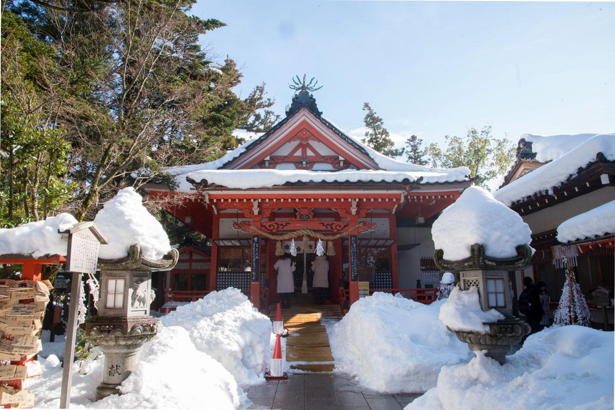 穿越重重雪的阻礙求金運 冷冽空氣間祝祈財運降臨