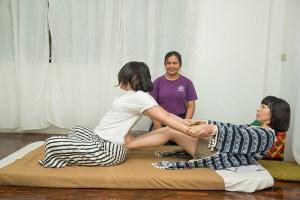 學員兩兩互相學習,全程都會有老師在一旁指導。