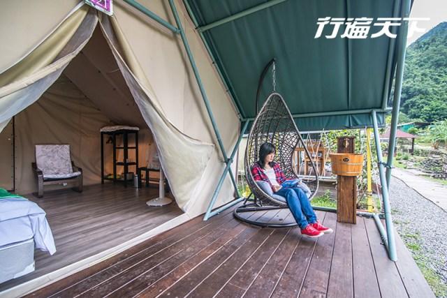 01.帳篷外的陽台有搖椅可休憩