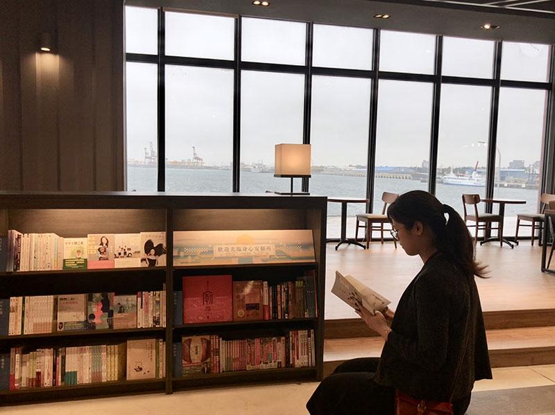 在貨櫃書架中,賞海賞船入港、享受書香氣息