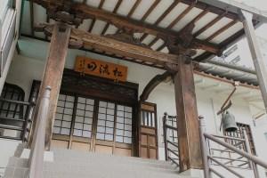 日本東京都內也能體驗「宿坊」文化,除了無人話服務外,還會說中文呢