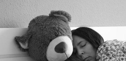 Kobiety mocniej niż mężczyźni odczuwają społeczną izolację