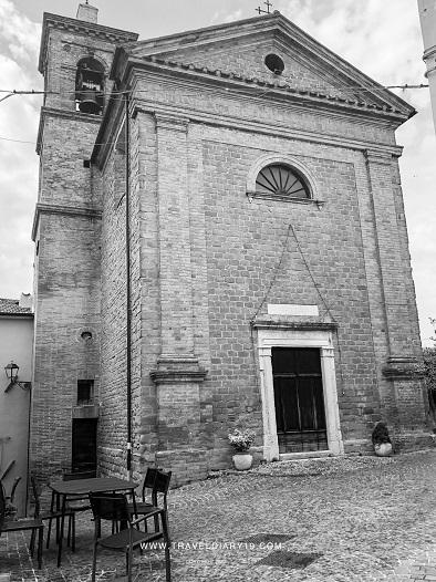 Piazza della chiesa di Nidastore