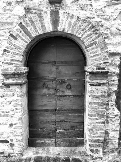 Portone di abitazione nel borgo di Nidastore