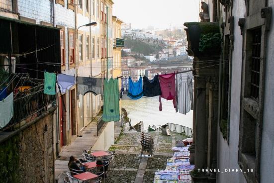 Panni stesi per i vicoli di Porto