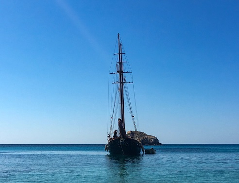 Barca a vela a Milos