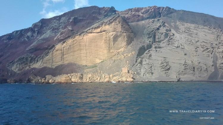 Scogliera a picco sul mare di Linosa