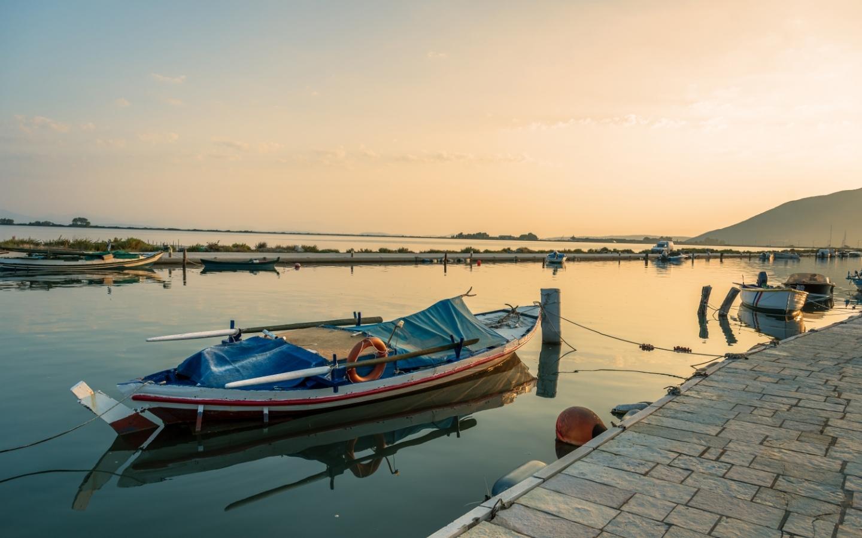 Villaggio di pescatori nella lenta Ikaria, Grecia