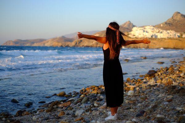 Donna con lungo vestito nero in spiaggia, Dodecanneso