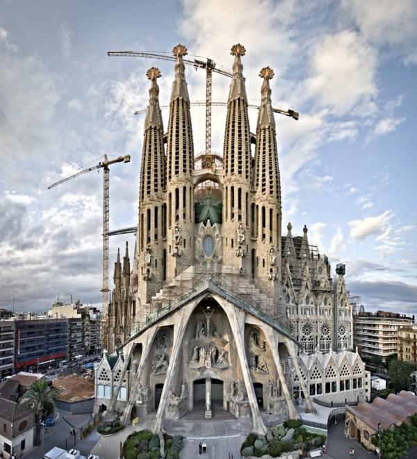 """La Sagrada Familia, The Church Nuanced """"Art Deco"""" in The ..."""