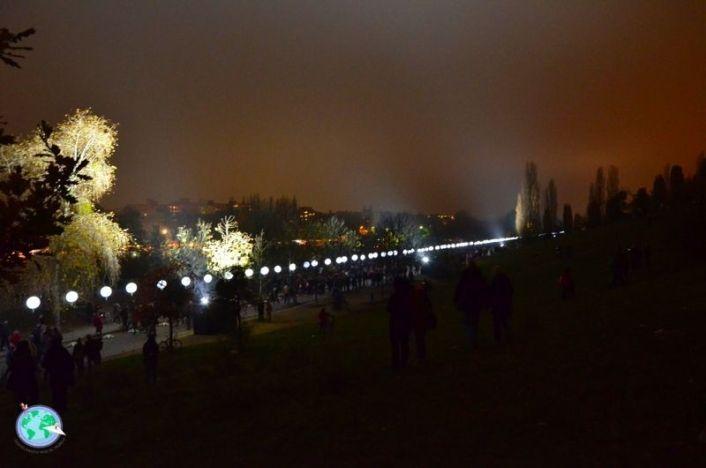 Mauerpark de noche con luces representando el muro de Berlín