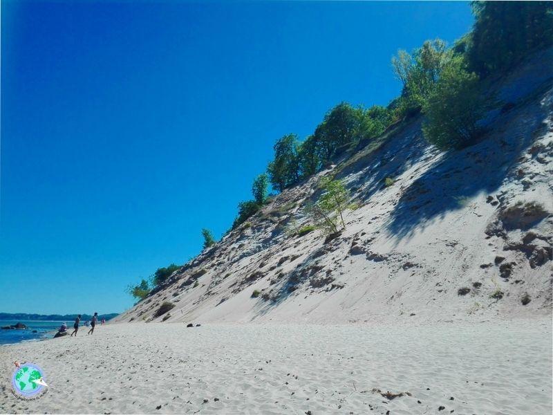 montaña de arena en la playa
