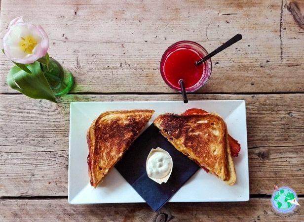 Desayuno de tostadas con zumo de fresa y naranja