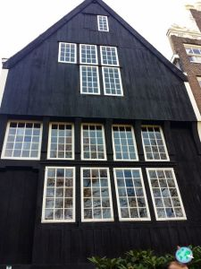 La casa más antigua de Ámsterdam con la fachada de madera