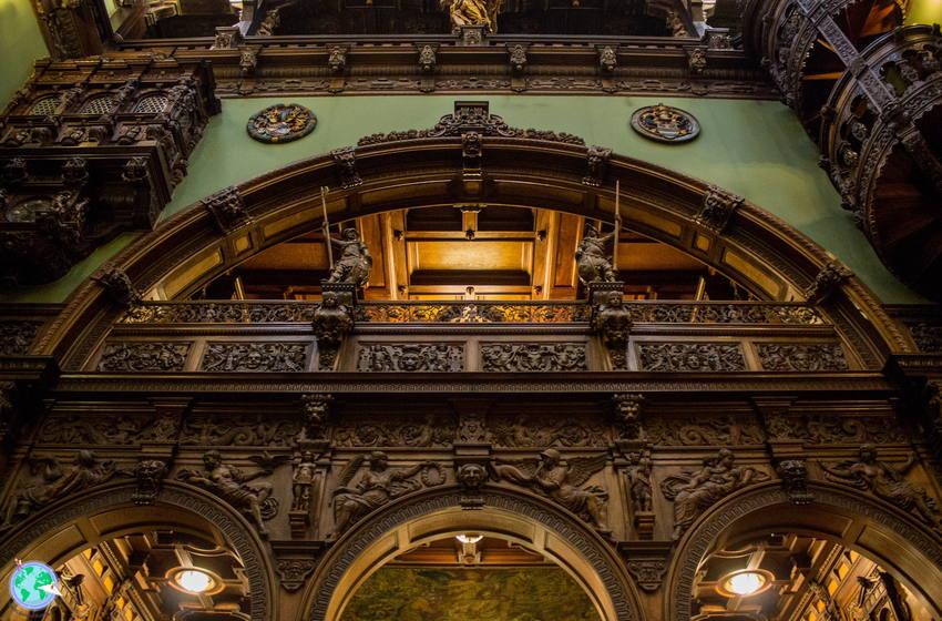 Arco de madera de la sala principal