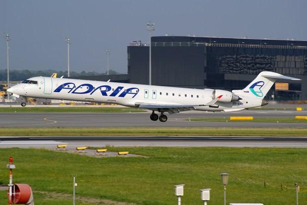 Az Adria Airways egyik Bombardier CRJ-900-as repülőgépe Bécsben. (Fotó: Topos Gergely)