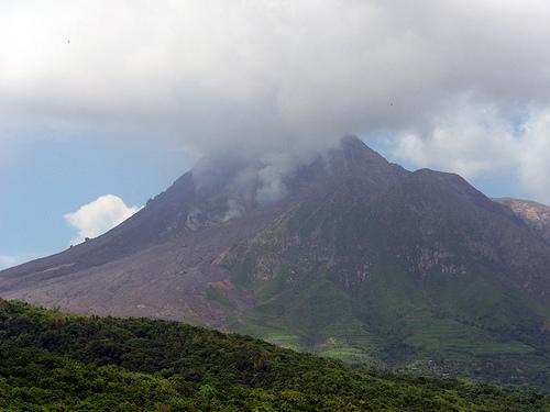 鹿児島県 口永良部島で噴火。地震の前兆か。噴火警戒レベル5とは「避難」を意味し、最も高いレベル。ネットでは「最近日本のあちこちで噴火がおきていてやばくない?」という声も。
