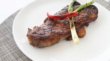 Steik yang dimasak dengan arang di Urban Grill - foto: cnn.com