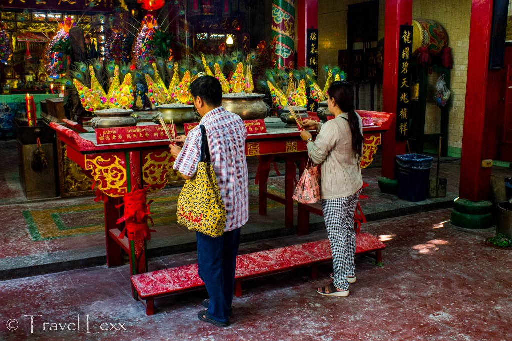Worshippers at Leng Buai Ia shrine