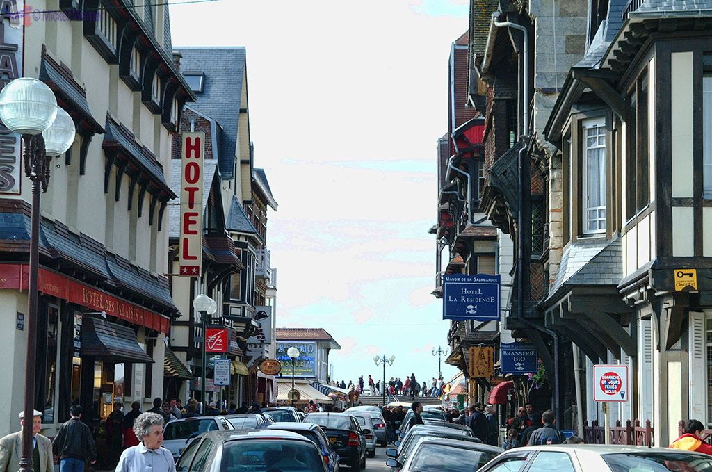 Busy town of Etretat