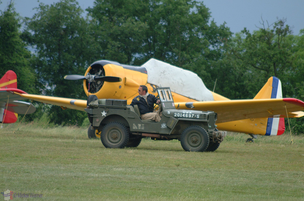 La Ferte Alais aeronautical show, a WWII jeep passing the airplanes