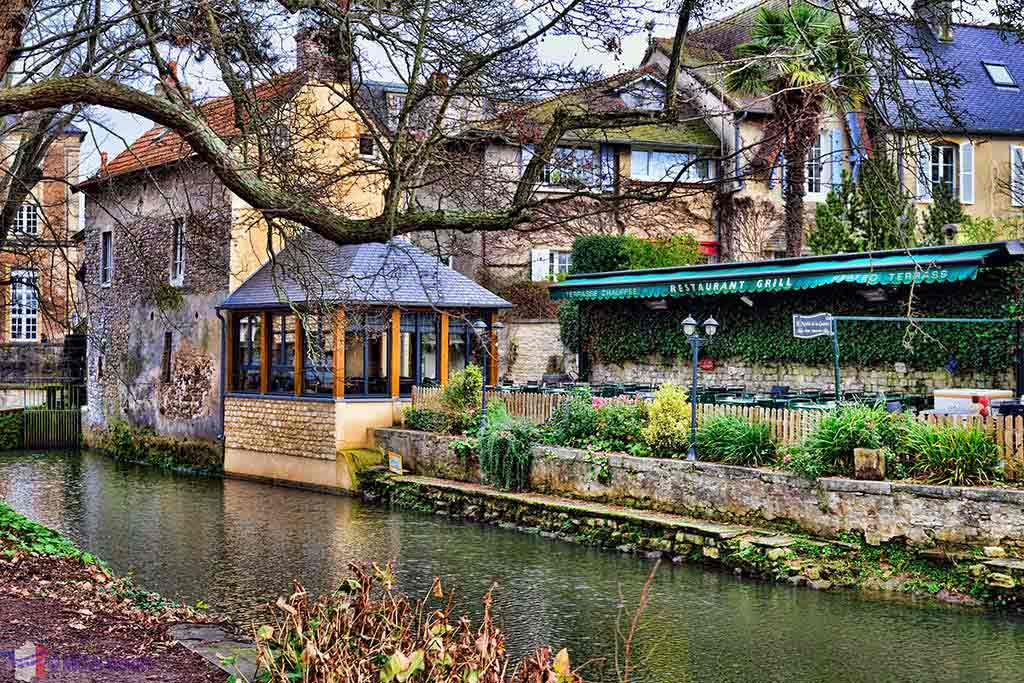 Restaurant in the Bayeux city centre along the Aure river