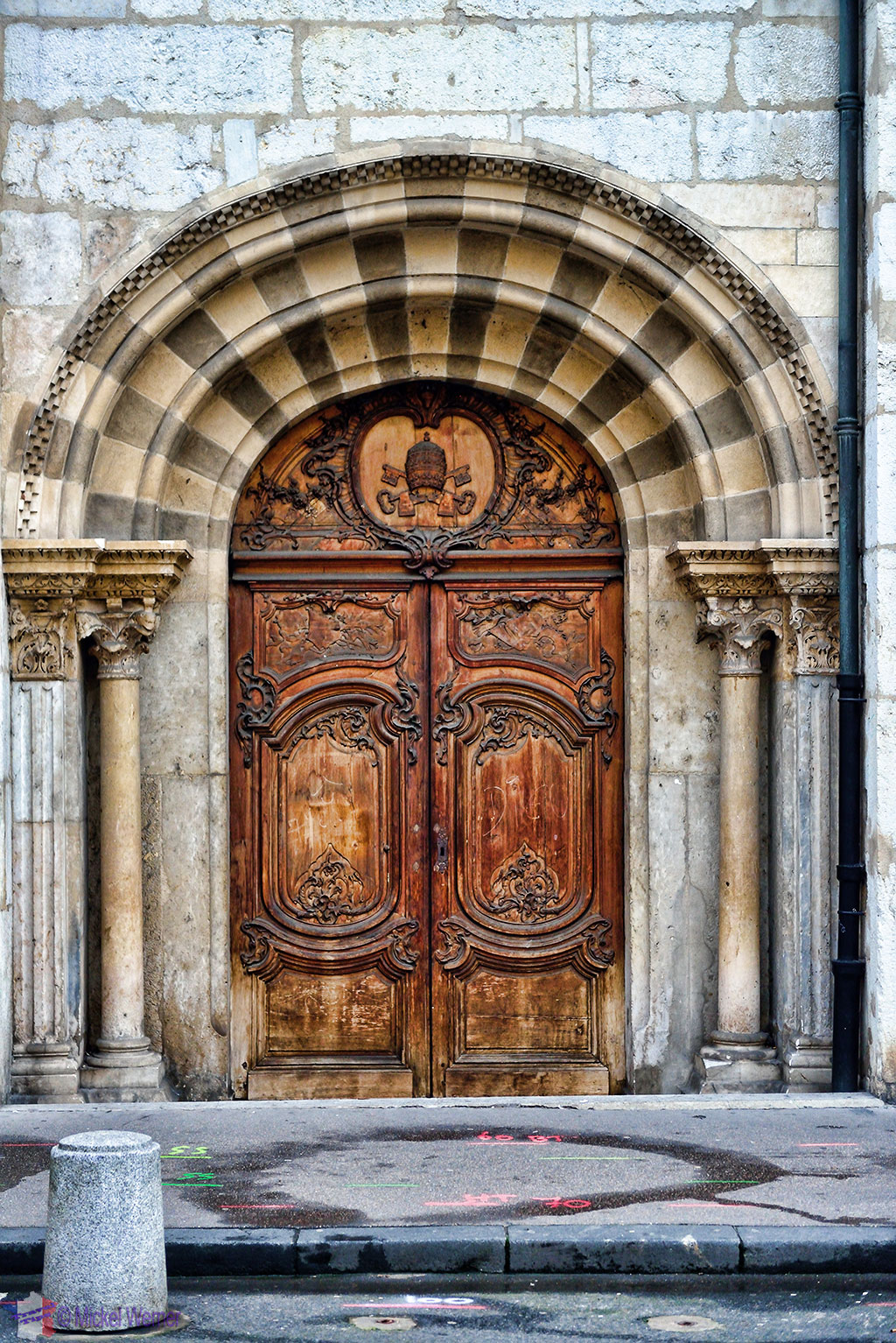 Entrance to the mysterious squeezed building in Lyon