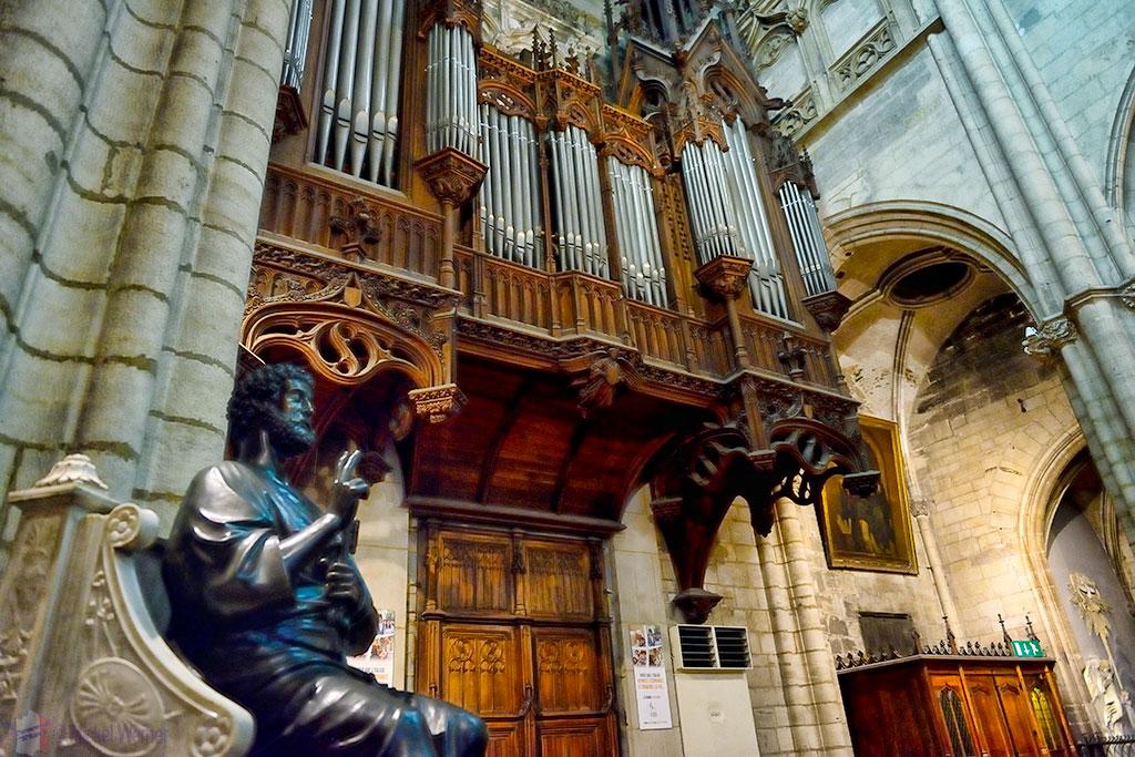 The main organ of the Saint-Nizier Church of Lyon