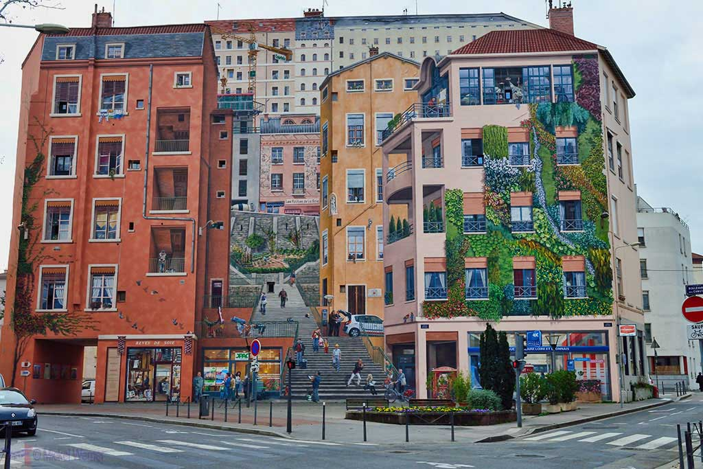 """The mural painting """"Mur des Canuts"""" in Lyon"""