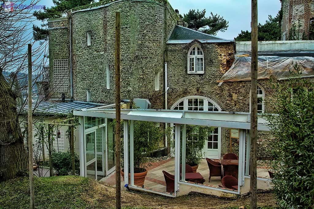 The patio/bar inside the Domaine Saint Clair - Le Donjon Hotel Castle in Etretat