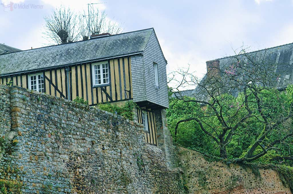 House built on the fortified wall of Le Mans