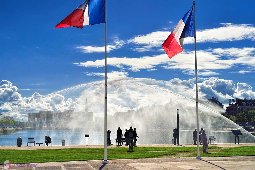Water cannons in front of the war monument and Oscar Niemeyer library, celebrating the 500 Years of Le Havre