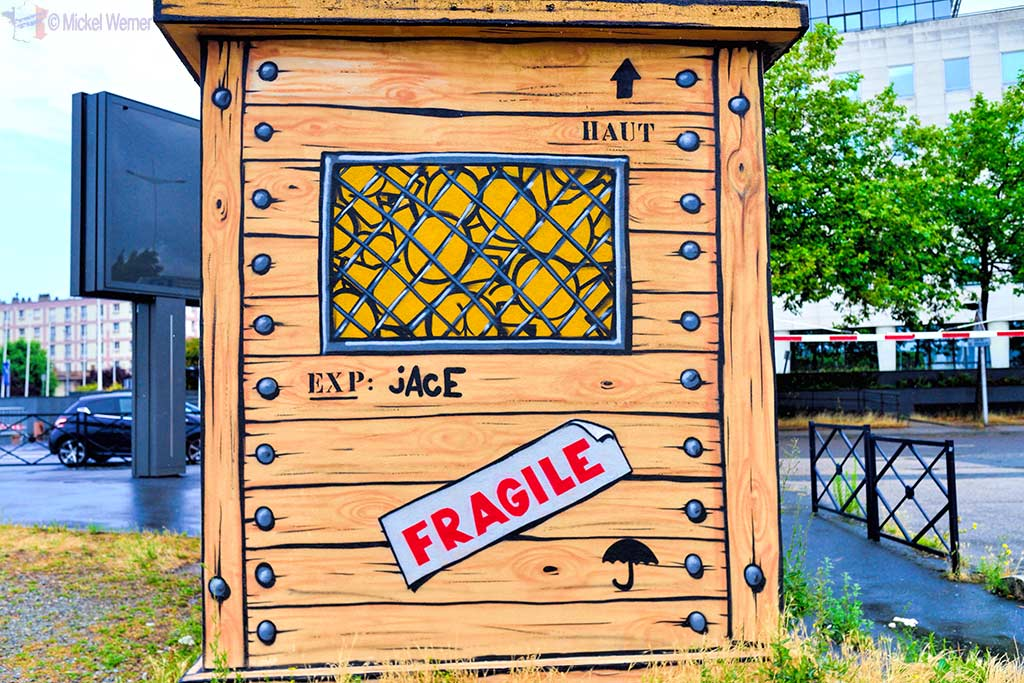 Side of delivery box of Gouzous by Jace in Le Havre