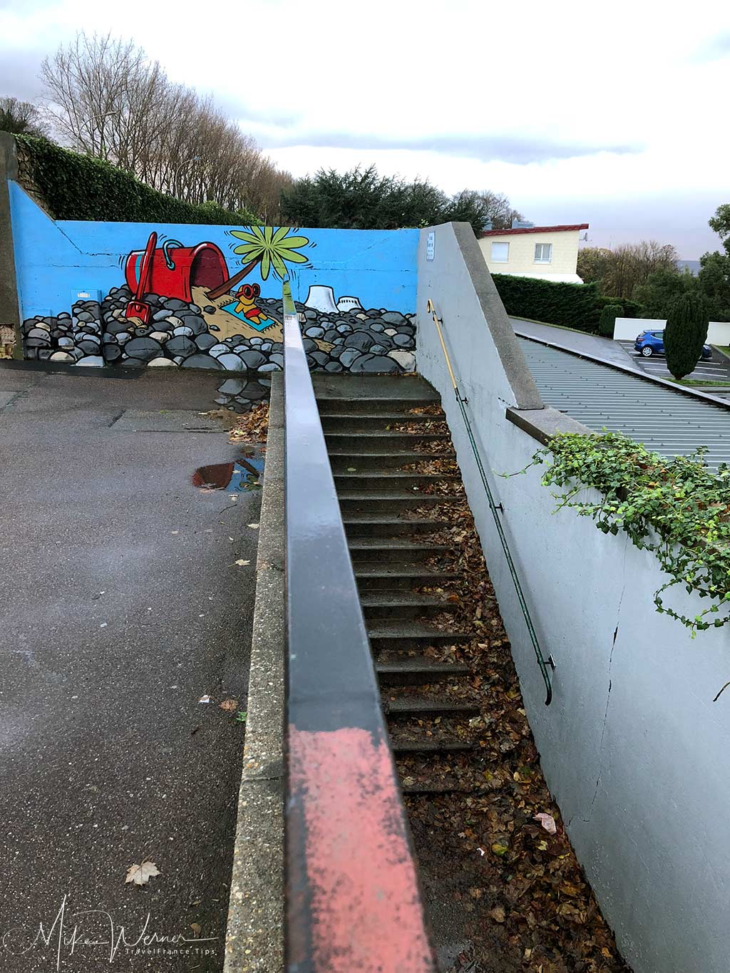 """The """"Escalier-Olivier-Senn"""" stairway is short but joins the """"Impasse-du-Beau-Site"""" stairway. At the top you'll find one of the famous Gouzou art work."""