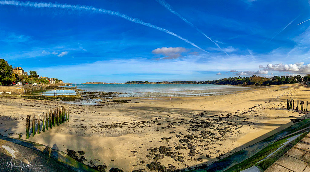Panoramic photo of the beach and its swimming pool in Dinard