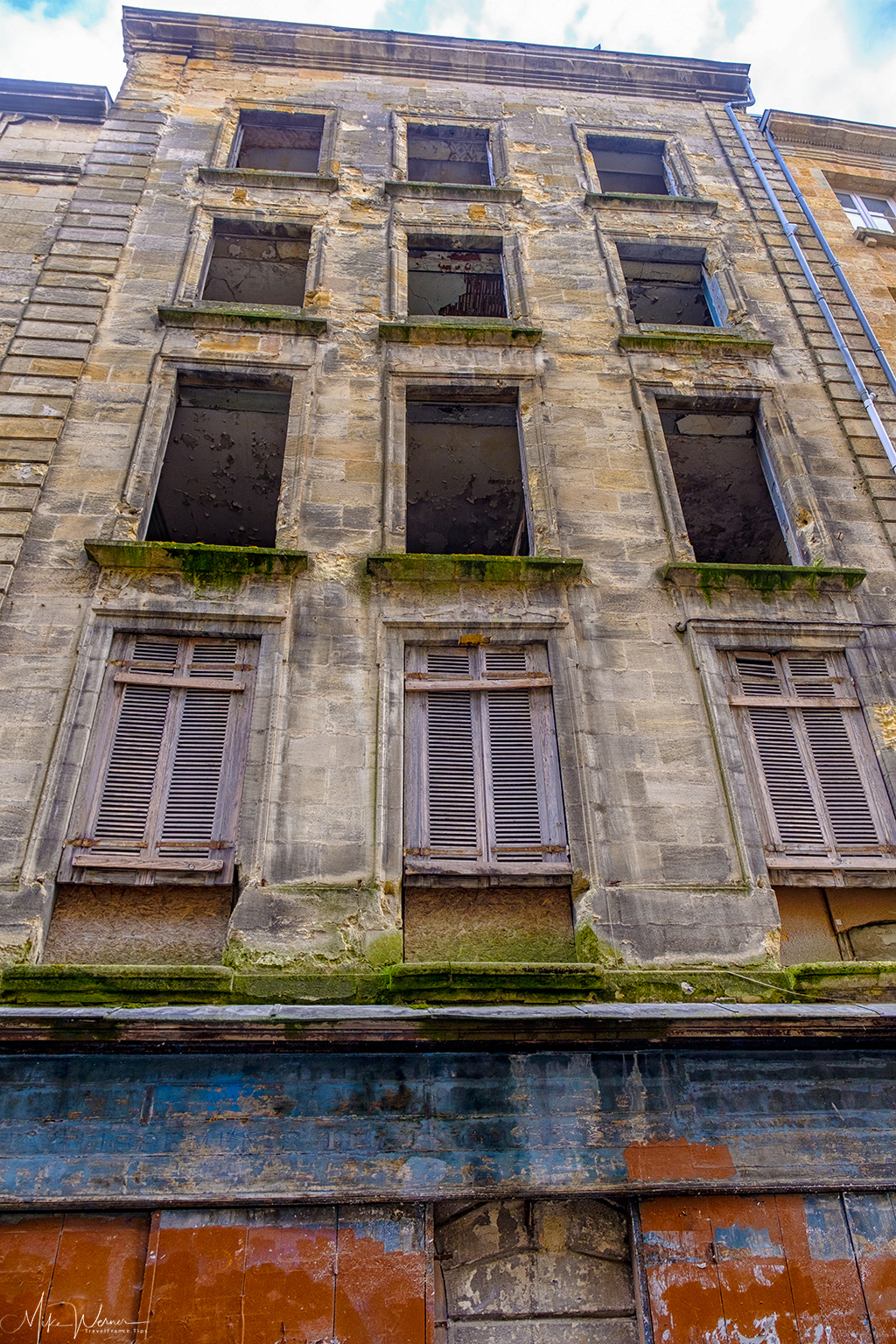 Dilapidated and polluted building in Bordeaux