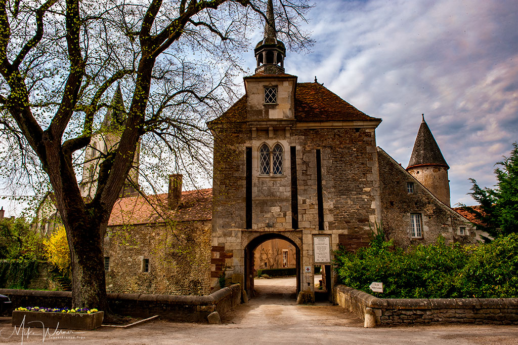 Small gate into the castle of Epoisse