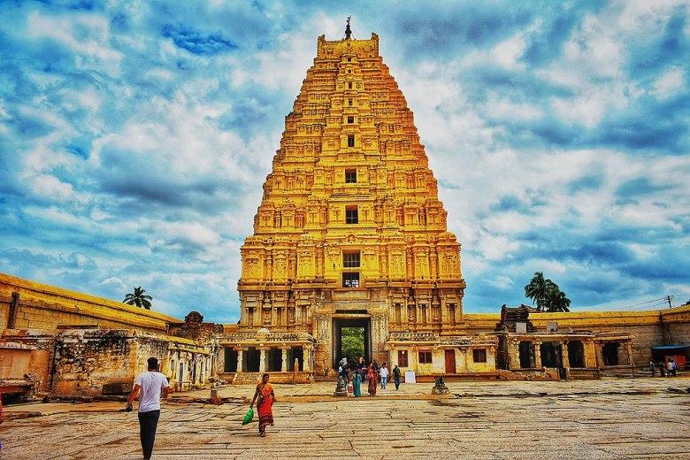 1024px Virupaksha temple Hampi 02